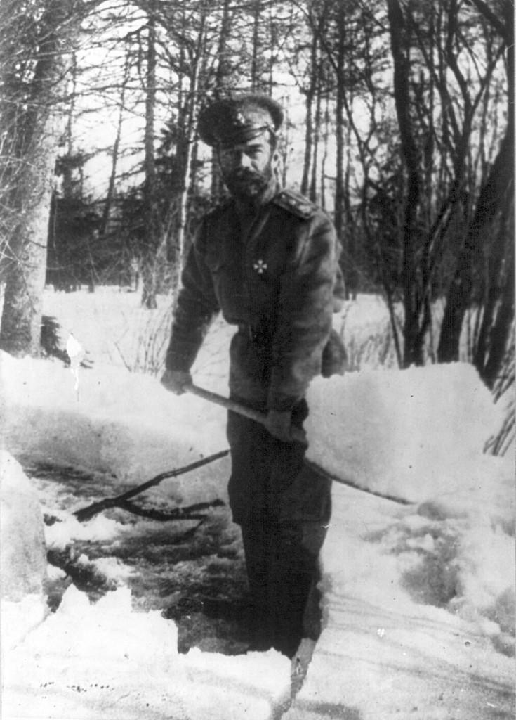 Николай рассчищает снег