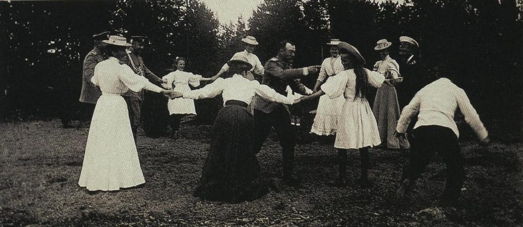 царь Николай играет с детьми